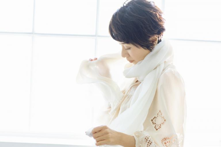 黒田知永子さん「日常をとっておきに変える、白いおしゃれ小物の効果」