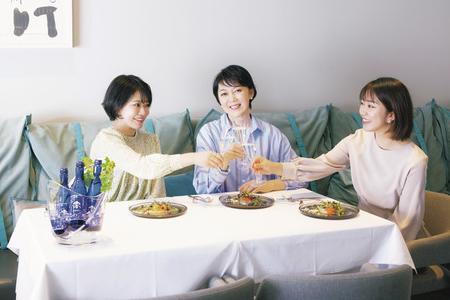 人気歯科医師・石井さとこさんと娘さんたちの贅沢時間に! 何飲む?話題のスパークリング清酒