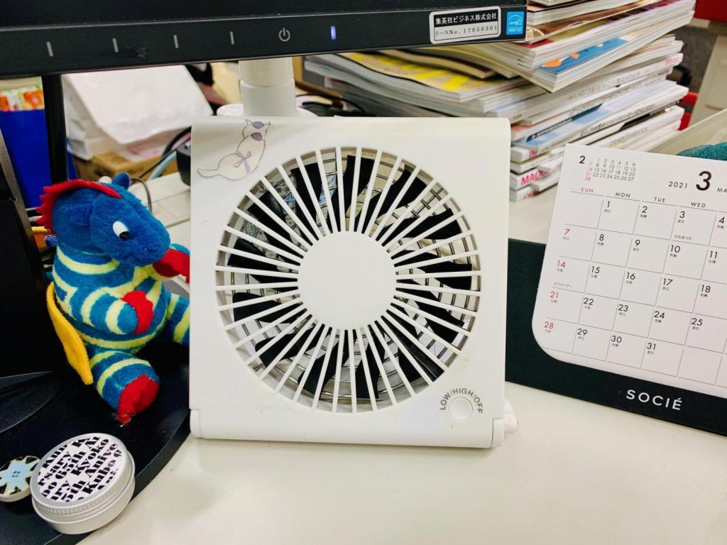 CDケースサイズのコンパクトな扇風機。デスクにおいて愛用中