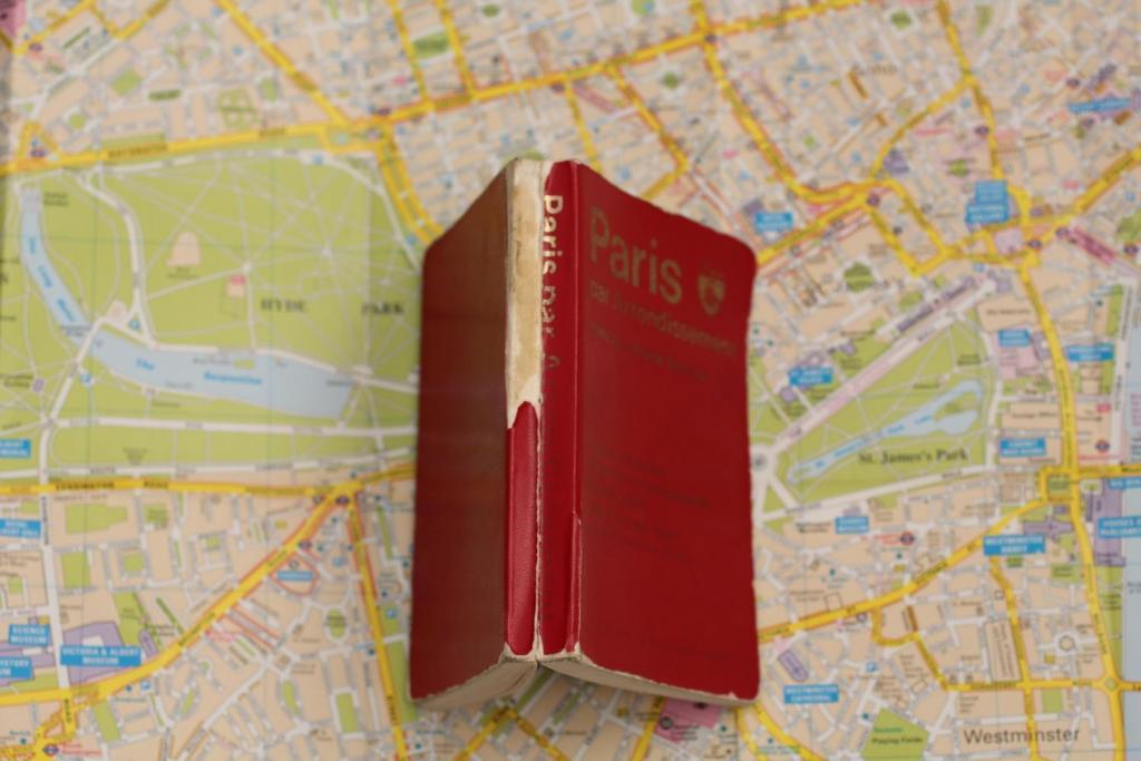 マドレーヌ 愛用パリ地図背表紙ボロボロ