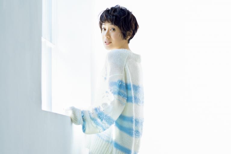 黒田知永子さん 「この春、白い服にブルーをプラスして、それぞれの魅力を引き出して」