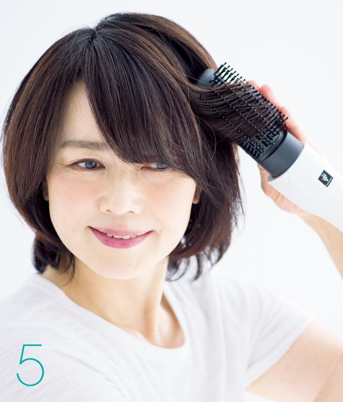 5 顔まわりの髪は外巻きに流して毛流れを作る