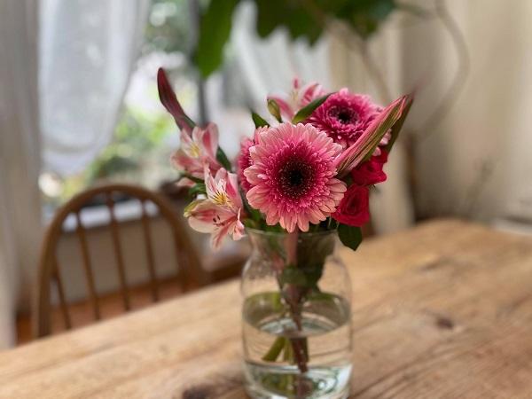 花瓶に活けたガーベラとアルストロメリア