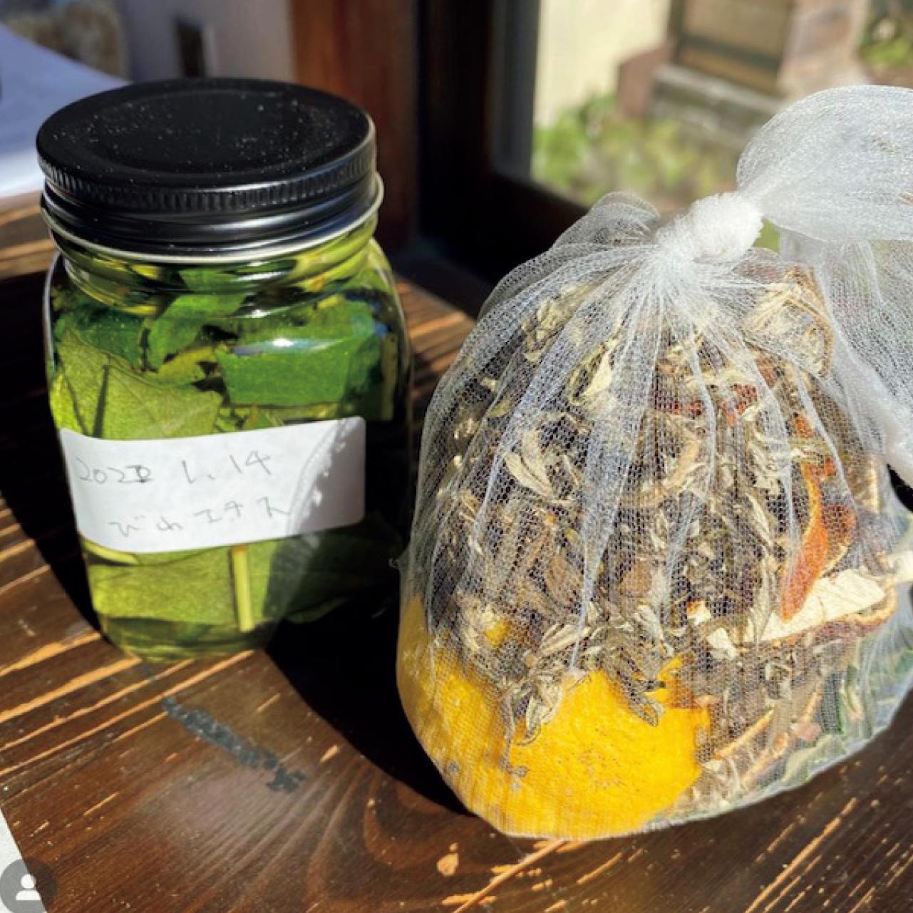 びわの葉、みかんの皮、干したよもぎの葉、ゆず、2種類の岩塩で手作りした入浴剤