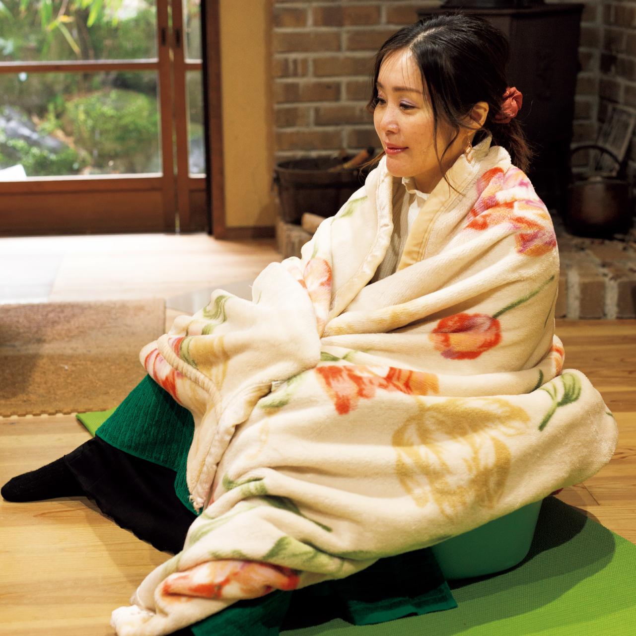 お尻がすっぽり入るたらい(ベビーバスもおすすめ)にあらかじめ天日塩をひとつかみ入れます。大根干葉のゆで汁を入れ、適温にしたあとに下半身だけつかります。熱を逃さないように毛布などをかけ、20分ほどリラックス。