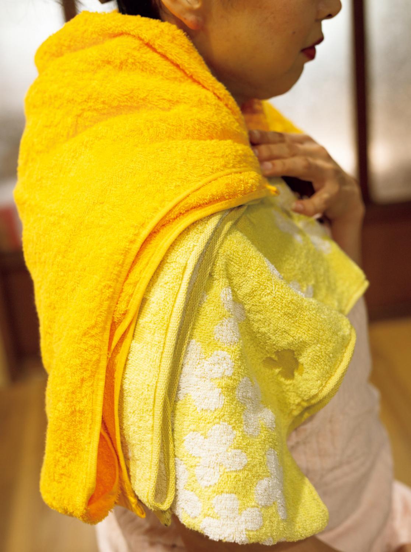 冷えを感じる部位に1枚めのタオル→2枚めのタオル→3枚めの乾いたタオルの順に乗せ、さらに毛布などで覆って、20分ほど温める。