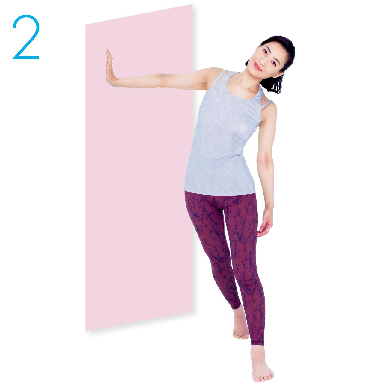 壁についた腕のひじが曲がらないようにしながら、骨盤を壁にゆっくり近づけます。頭が下がらないように注意して