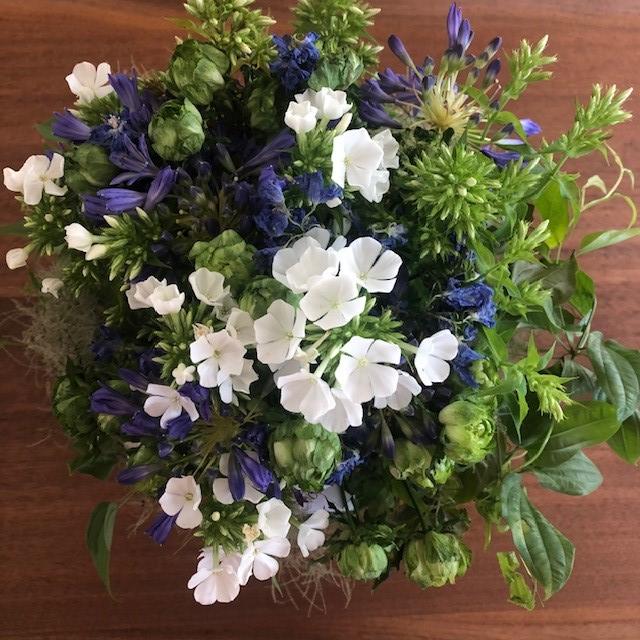東信『JARDINS des FLEURS (ジャルダン・デ・フルール)』5日後、青から白へ変化したブーケ