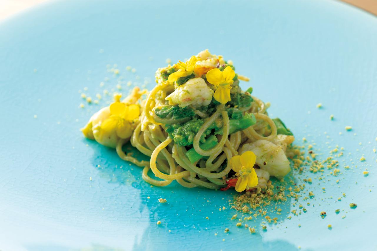 小エビと菜の花、ピスタチオとルッコラをペースト状にしてあえたパスタ