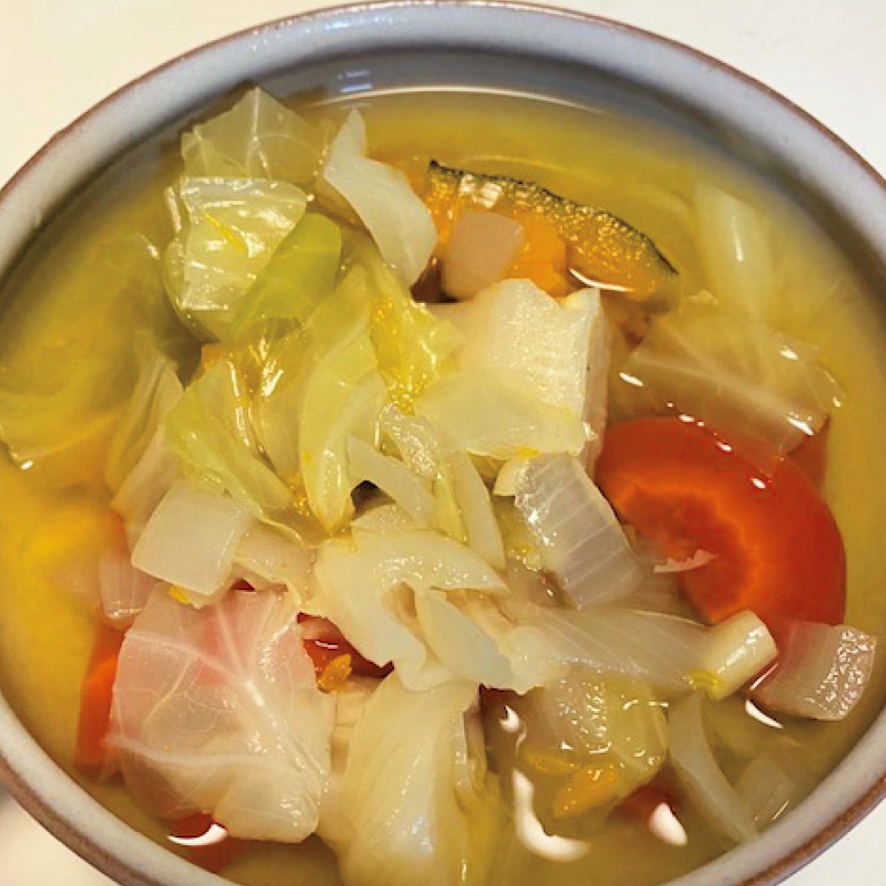 そのときにある野菜の皮や野菜くずを放り込み、味つけしないでコトコト煮込むベジブロス