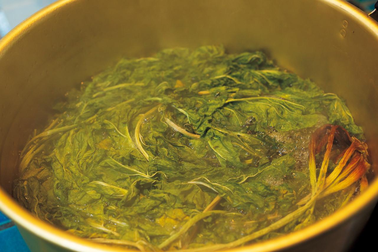 切り落とし、干した大根葉(干葉)を水をはった大鍋に入れて、お湯がグラグラ沸騰した状態で20分ほど煮ます。