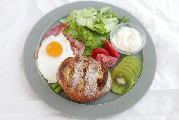 朝ごはんプレート パンとサラダ