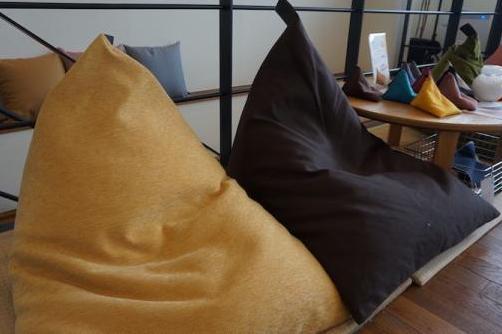 おうちで楽しむ、京の味と物 ㊲寝具メーカーが考案した体にフィットする三角錐のクッション「tetra(テトラ)」 「大東寝具工業」