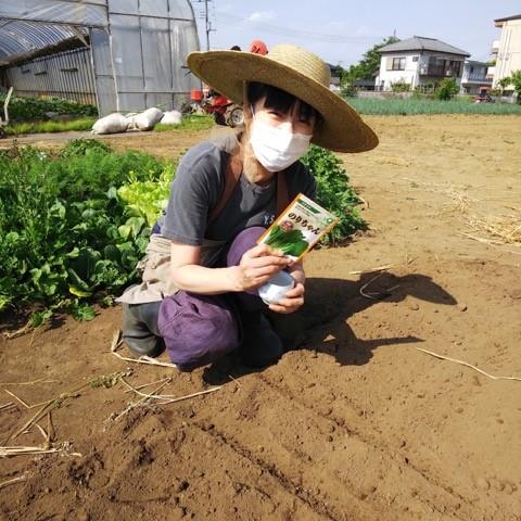 畑にいる加藤紀子さん