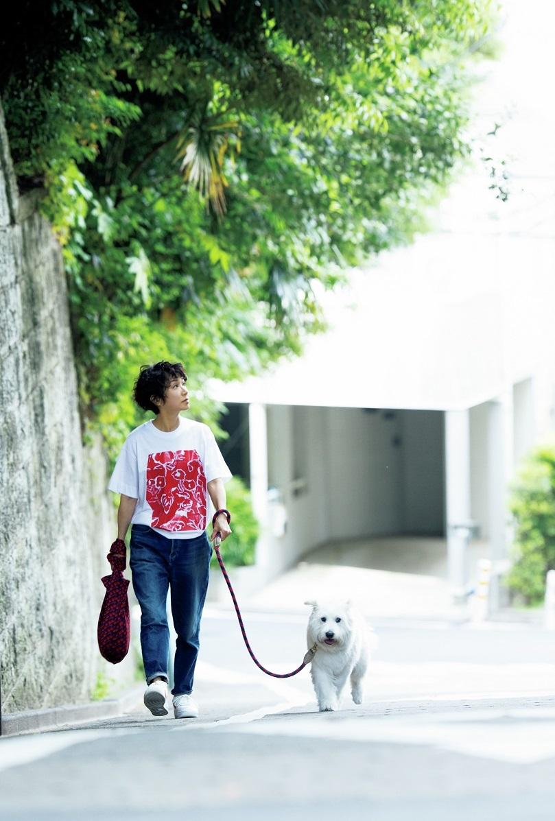愛犬のとろろさんと近所をお散歩する黒田知永子さん