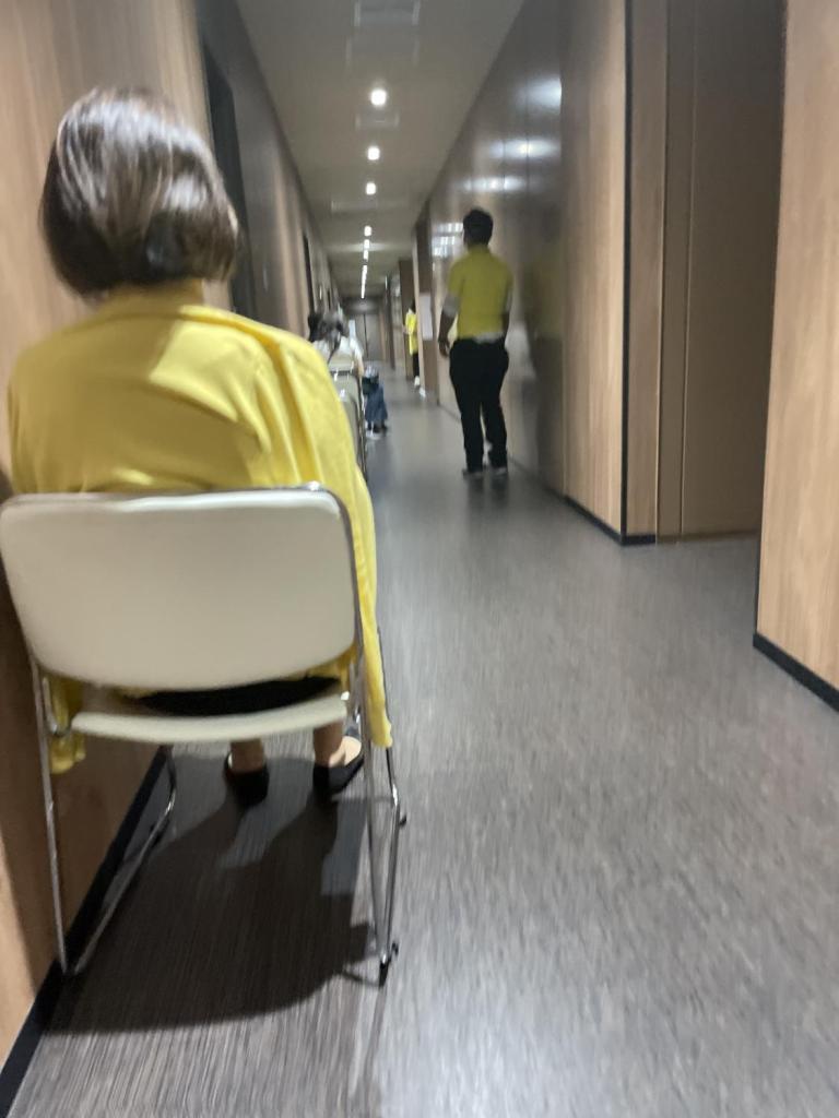 朝倉さん 接種会場 廊下