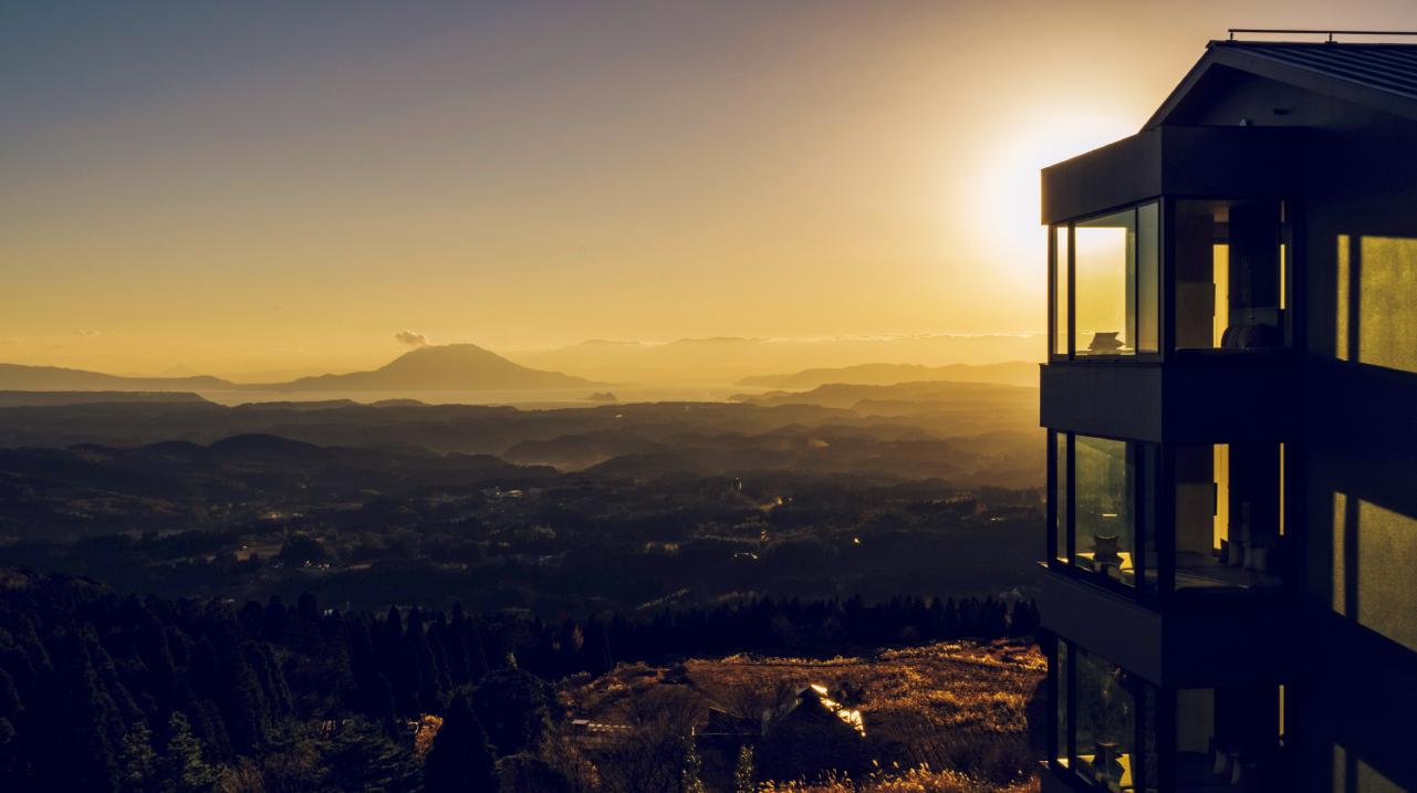 すべての客室に、窓一面に霧島高原のパノラマを一望する大きなピクチャーウインドウを備えています