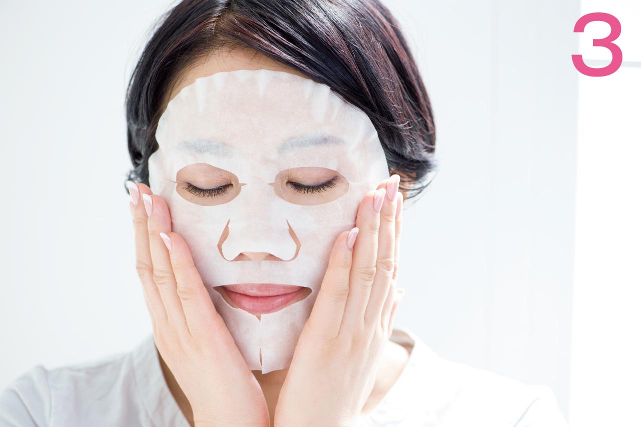 乳液をつけた面を顔全体にのせたら、そのまま約10分間おきます