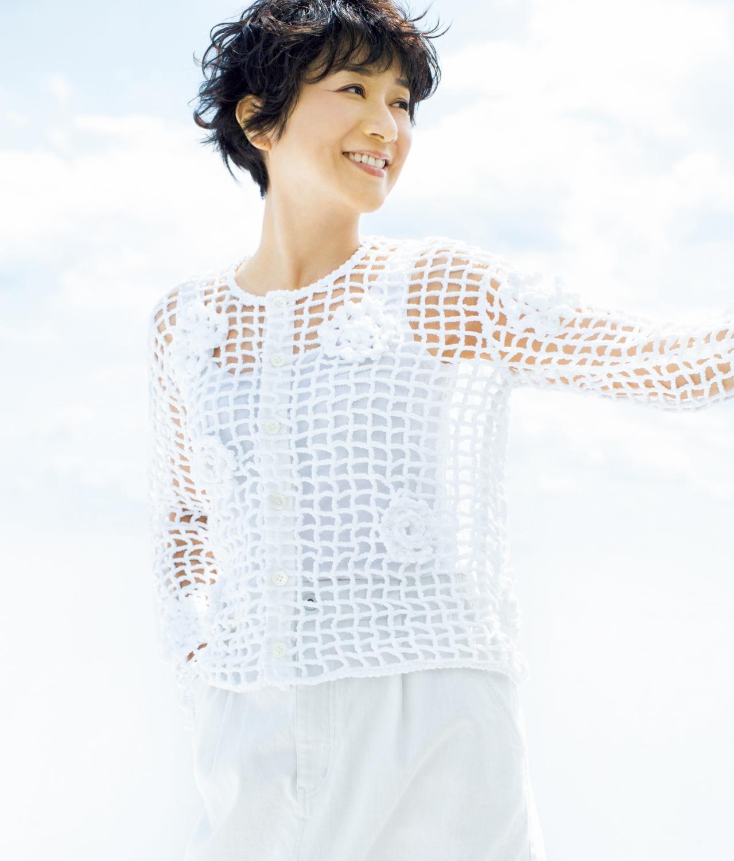 ネットカーディガンを着る黒田知永子さん