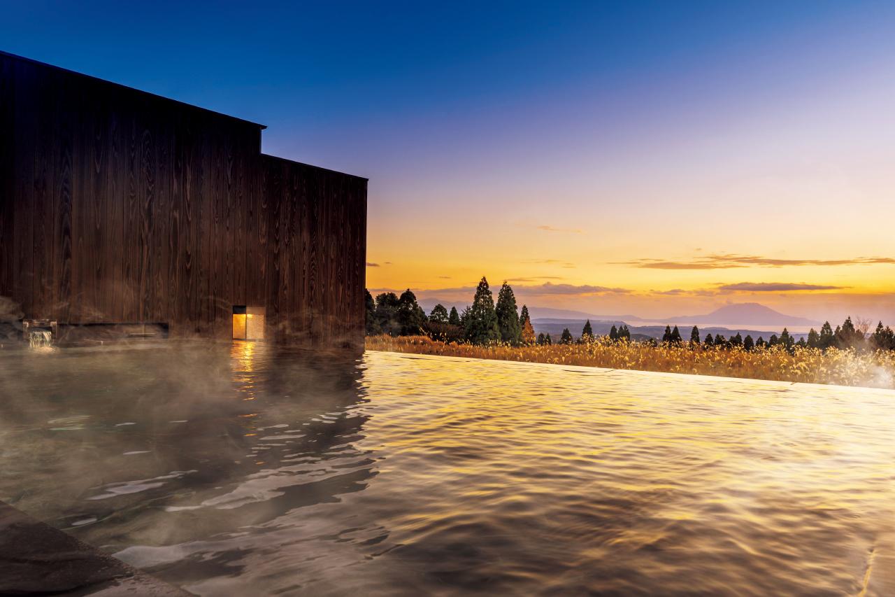 大浴場にあたる「湯浴み小屋」の露天風呂は、霧島高原を見渡す絶景自慢。
