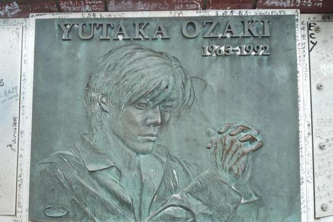【尾崎豊記念碑】渋谷のど真ん中に「十七歳の地図」の熱い想いが刻み込まれています