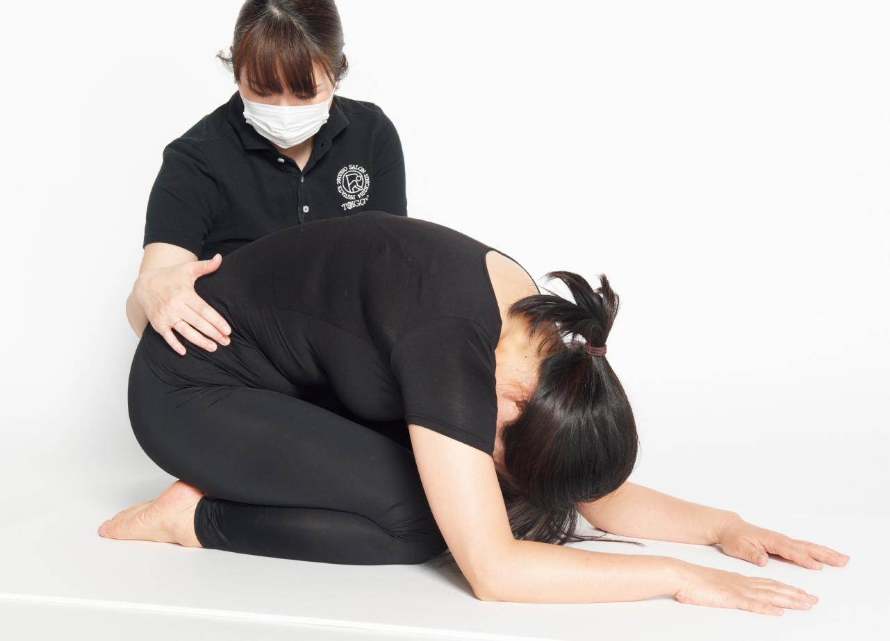 背中を丸めて行う横隔膜呼吸を特訓