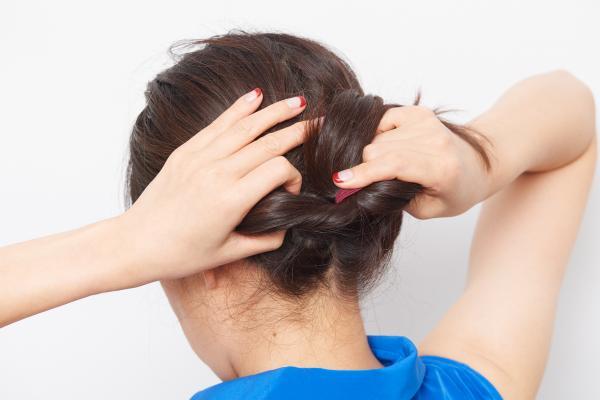 簡単なのにキレイに見えるまとめ髪でうなじスッキリ。このテクで残暑を乗り切りましょう!