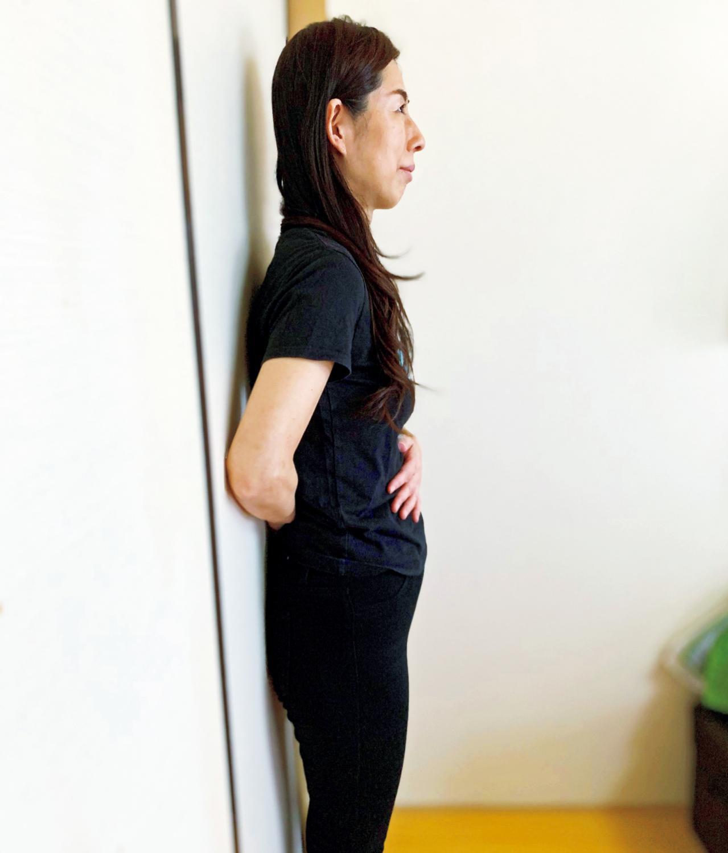 壁立ちでいい姿勢を覚え込むトレーニング