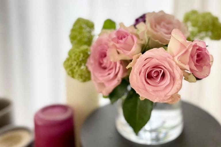 季節の花とテーブルと